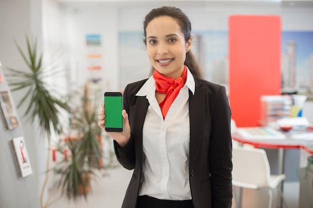 Agente de bienes raíces que presenta la aplicación móvil