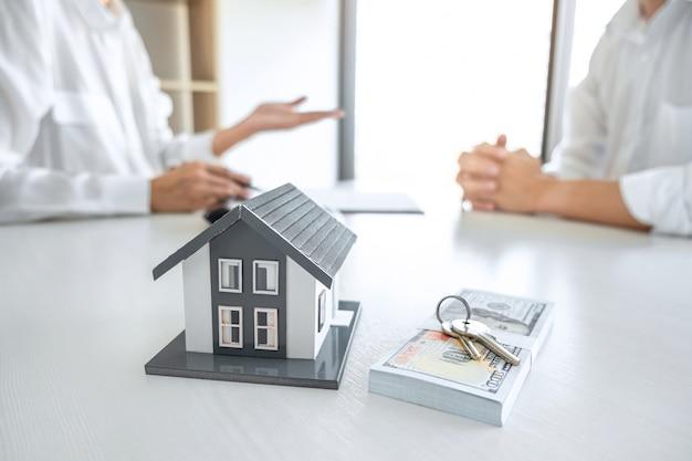 Agente de bienes raíces que presenta y consulta al cliente