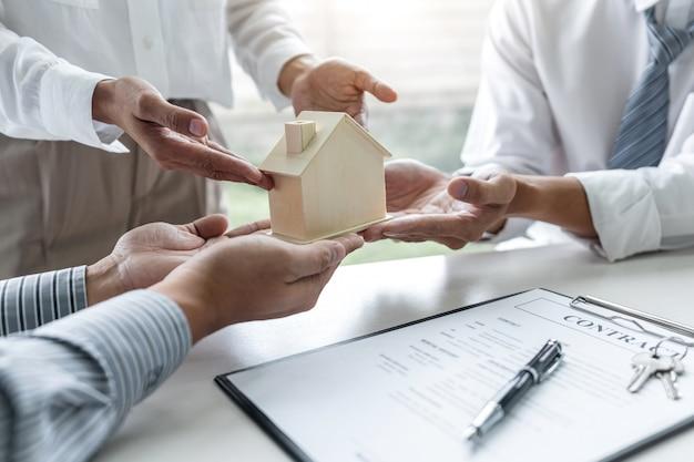 Agente de bienes raíces que se reúne con los clientes