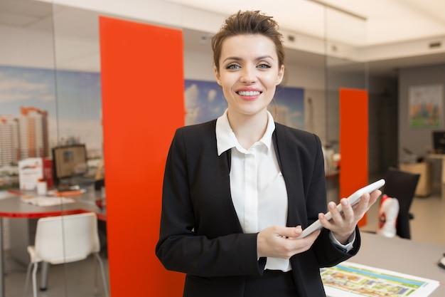 Agente de bienes raíces saludo clientes