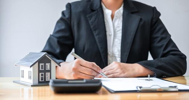 Agente de bienes raíces trabajo firmar contrato de documento de acuerdo para el seguro de la casa