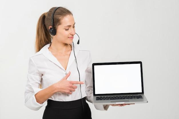 Agente de call center presentando plantilla de portátil