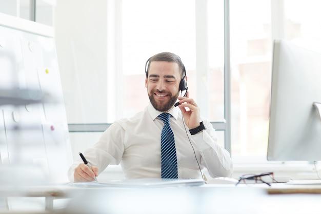 Agente de call center en el trabajo