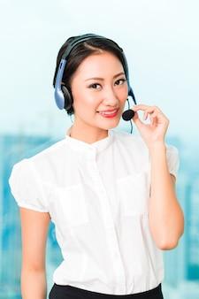 Agente de centro de llamadas chino asiático