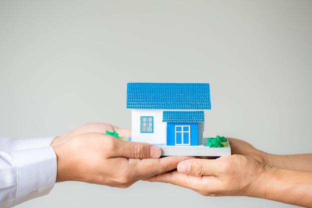 Agente de corredores de bienes raíces que presenta y consulta con el cliente para la toma de decisiones firmar un acuerdo de seguro