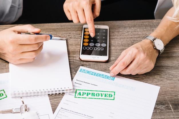 Agente de cultivo con cliente solicitando un préstamo