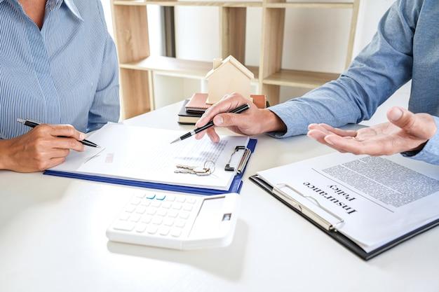 Agente inmobiliario consultar al cliente sobre la toma de decisiones firmar el seguro