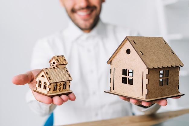 Agente inmobiliario de cultivos que compara casas