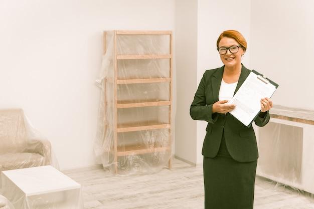 Agente inmobiliario con documentos de acuerdo de propiedad listos