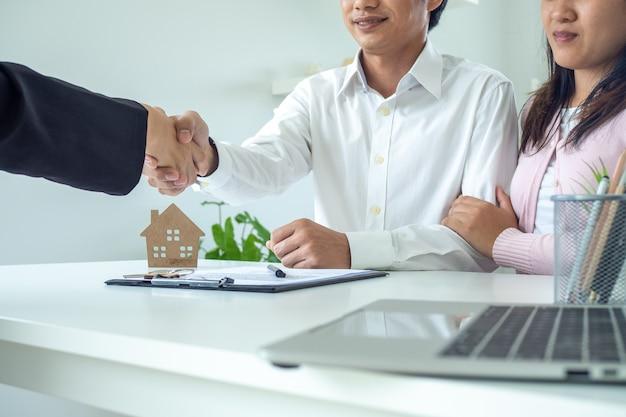 Agente inmobiliario entrega llave de casa