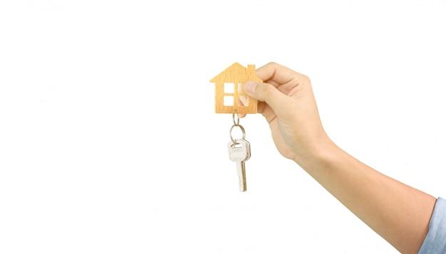 Agente inmobiliario entregando las llaves de la casa