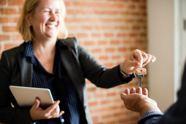 Agente inmobiliario entregando las llaves.