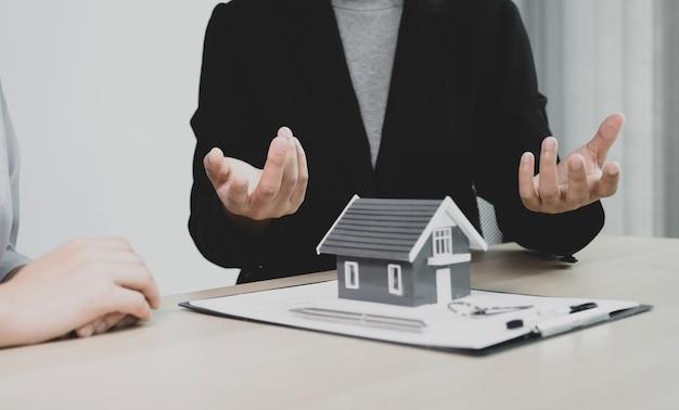 El agente inmobiliario explica el contrato comercial,