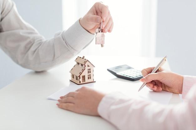 Agente inmobiliario y firma del cliente