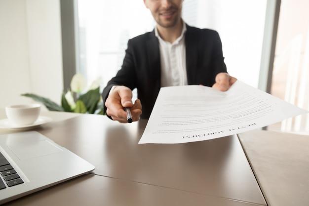 Agente inmobiliario ofrece firmar contrato de alquiler.