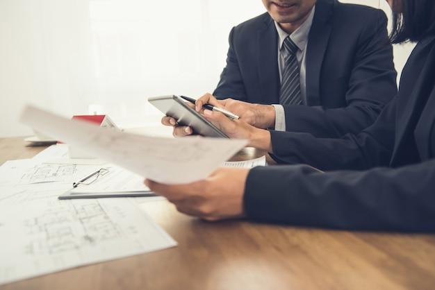 Agente inmobiliario que consulta con el cliente