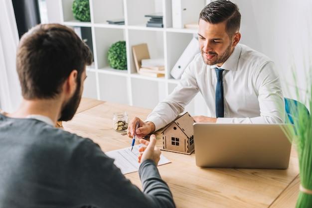 Agente inmobiliario que habla con el hombre