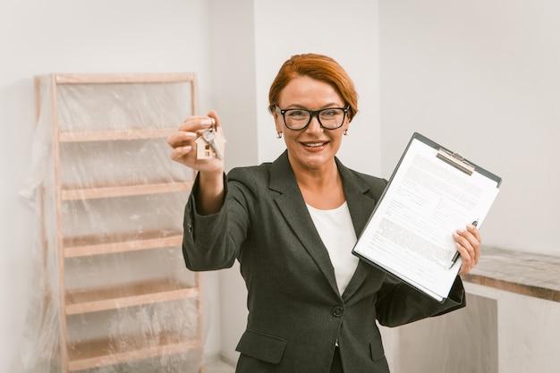 Agente inmobiliario que propone firmar un acuerdo para el alquiler del apartamento