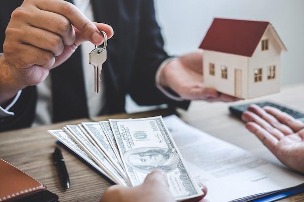 El agente inmobiliario recibe dinero de un cliente después de firmar el contrato de alquiler.