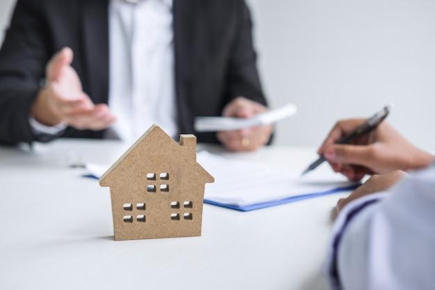 El agente inmobiliario recibe dinero del cliente después de firmar el contrato.