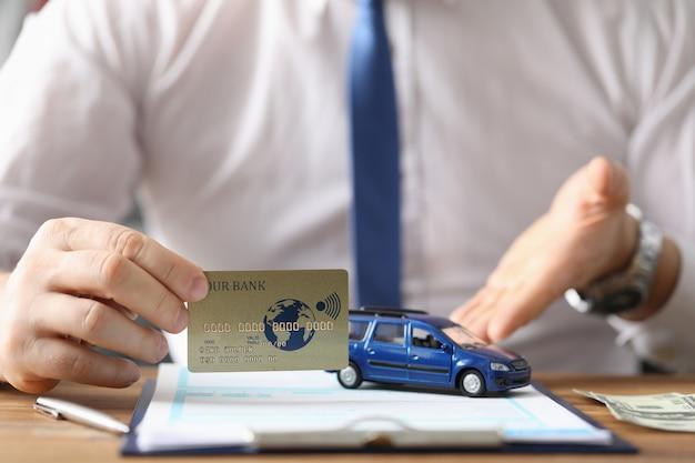 El agente ofrece comprar la tarjeta de crédito del auto y la autorización