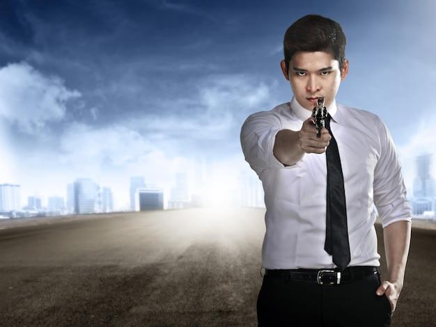 Agente secreto que sostiene la pistola