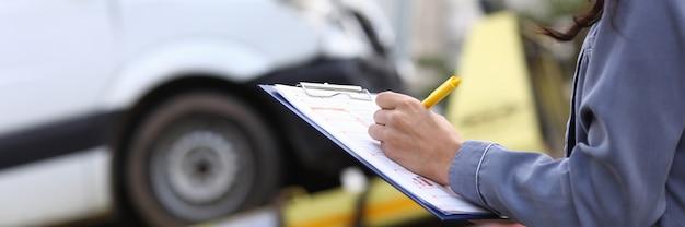 El agente de seguros completa el papeleo después del accidente
