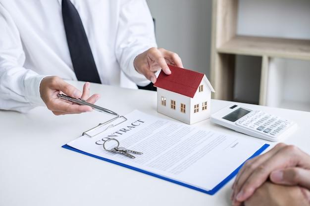 Agente de seguros que analiza sobre el concepto de bienes raíces de préstamo de inversión de vivienda