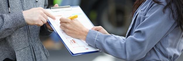 El agente de seguros redacta documentos después del accidente. servicios de concepto de compañías de seguros