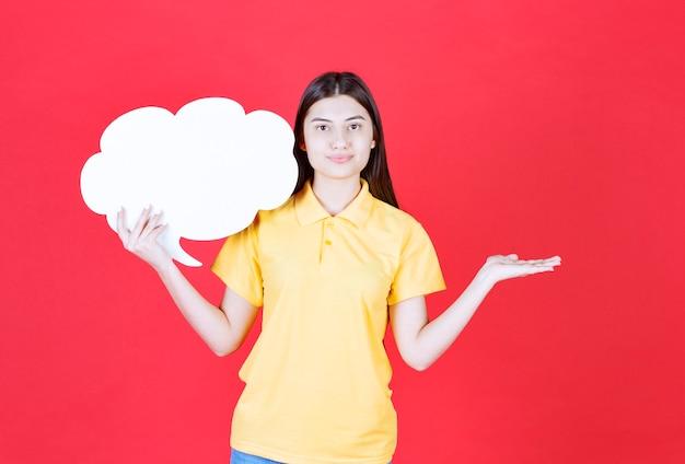 Agente de servicio femenino sosteniendo un mostrador de información de forma de nube.