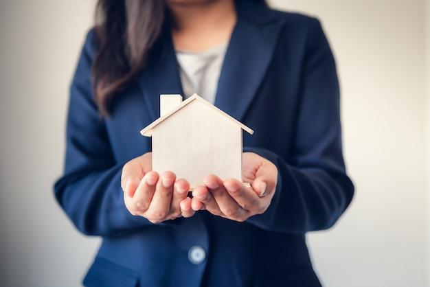 Agente de venta agencia asesor de propiedades inmobiliarias entrega de viviendas a clientes.