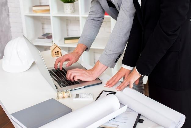 Agente de ventas usando una laptop