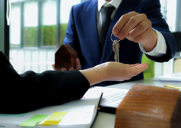El agente de ventas de viviendas cierra la venta y envía la clave al cliente.