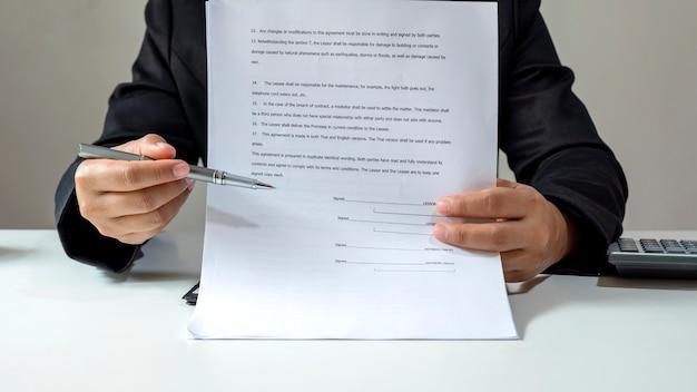 Los agentes de bienes raíces están enviando formularios de solicitud de hipoteca aprobados a los clientes, firmando contratos de bienes raíces, ideas para préstamos hipotecarios y seguros para el hogar.