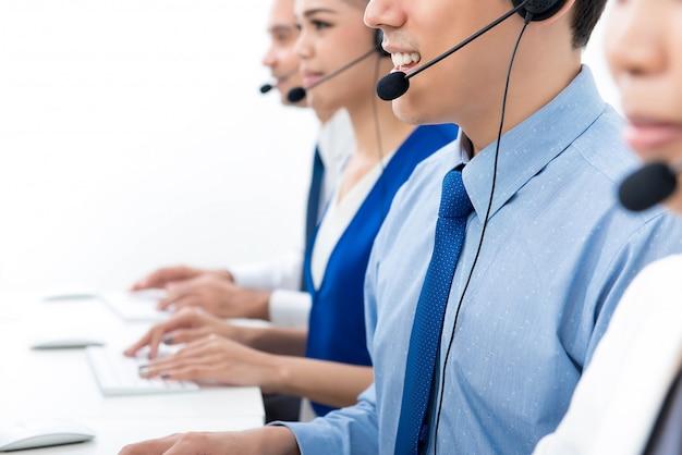 Agentes del centro de llamadas que hablan por teléfono con los clientes