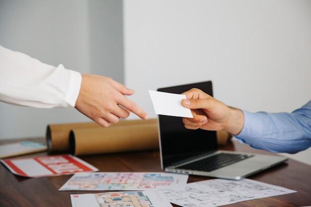 Agentes de inmobiliaria intercambiando tarjeta de visita