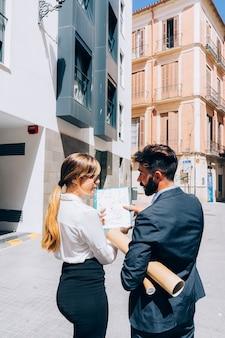 Agentes inmobiliarios hablando sobre unos documentos