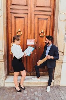 Agentes inmobiliarios jóvenes vendiendo una propiedad
