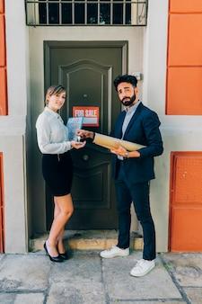 Agentes inmobiliarios mostrando una casa