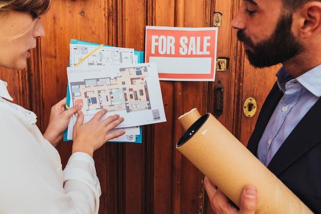 Agentes inmobiliarios, planos y se vende