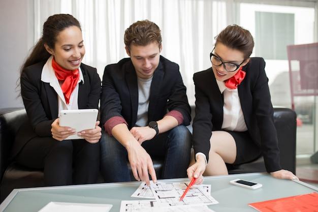 Agentes inmobiliarios que trabajan con el cliente