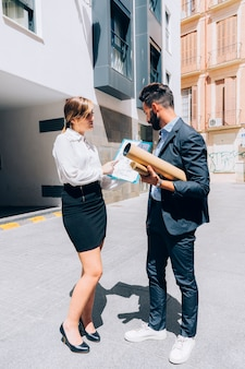 Agentes inmobiliarios en reunión de negocios