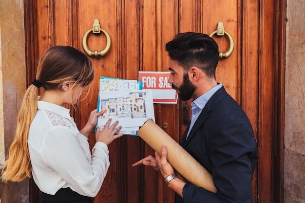 Agentes inmobiliarios trabajando en la puerta principal del edificio