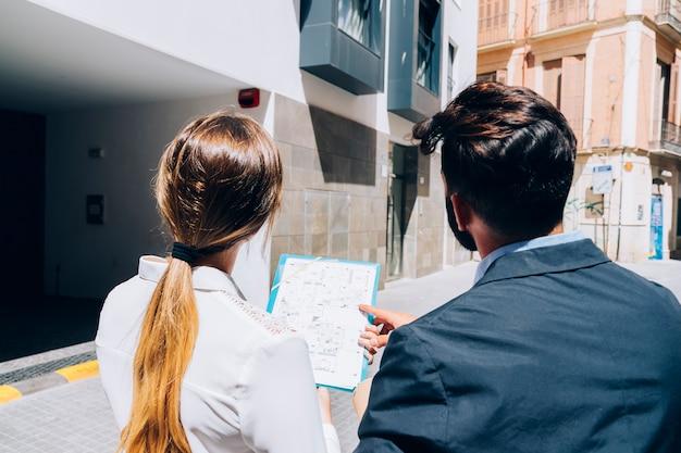 Agentes inmobiliarios visitando un edificio