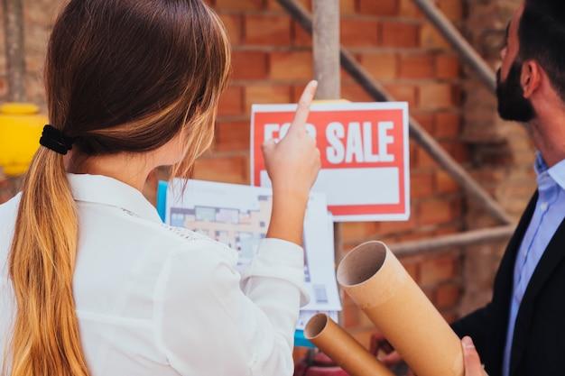 Agentes inmobiliarios visitando las obras