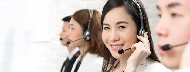 Agentes de servicio al cliente de telemarketing asiático, concepto de trabajo de centro de llamadas