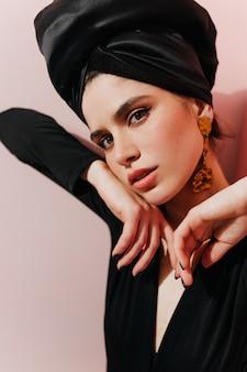 Agraciada dama con turbante mirando hacia el frente