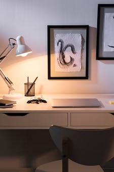 Agradable y organizado espacio de trabajo con lámpara.