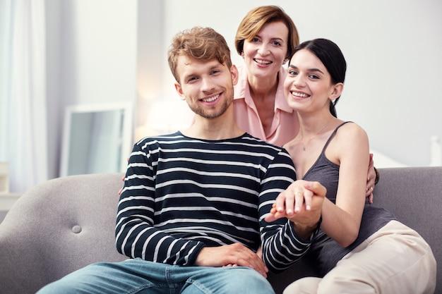Agradable pareja joven que se siente feliz después de visitar a un psicólogo