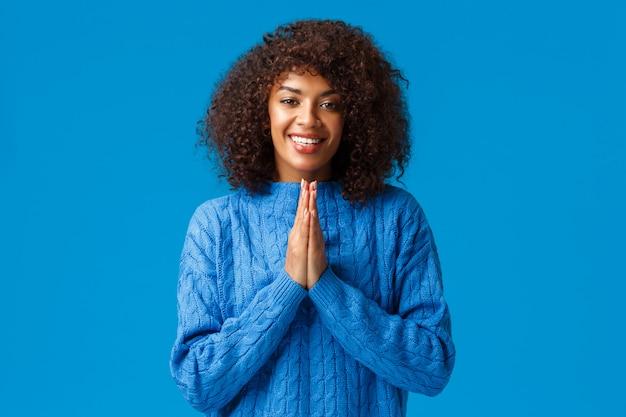 Agradecida linda mujer bonita afroamericana sonriente con corte de pelo afro, diciendo arigato y sonriendo